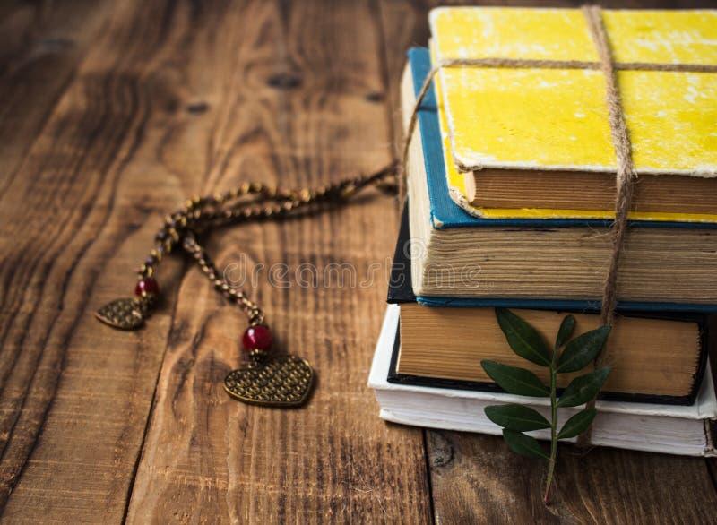 Livros velhos amarrados com uma corda imagens de stock