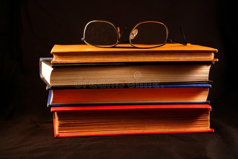 Livros velhos & vidros fotos de stock