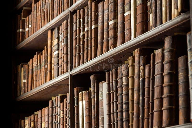 Livros velhos da biblioteca do vintage fotografia de stock
