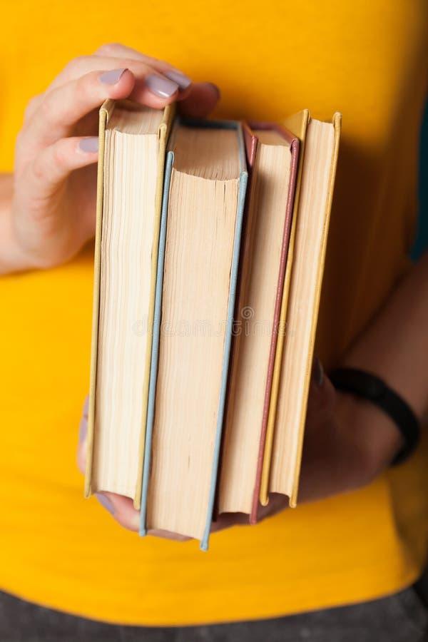 Livros velhos da pilha da pilha, coleção antiga nas mãos imagem de stock royalty free