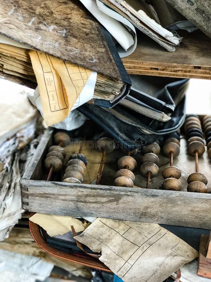 Livros velhos do ábaco do lixo das coisas foto de stock