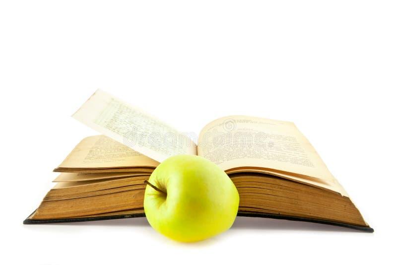 Livros velhos e Apple fotos de stock royalty free