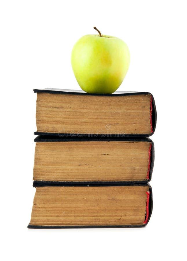 Livros velhos e Apple foto de stock royalty free