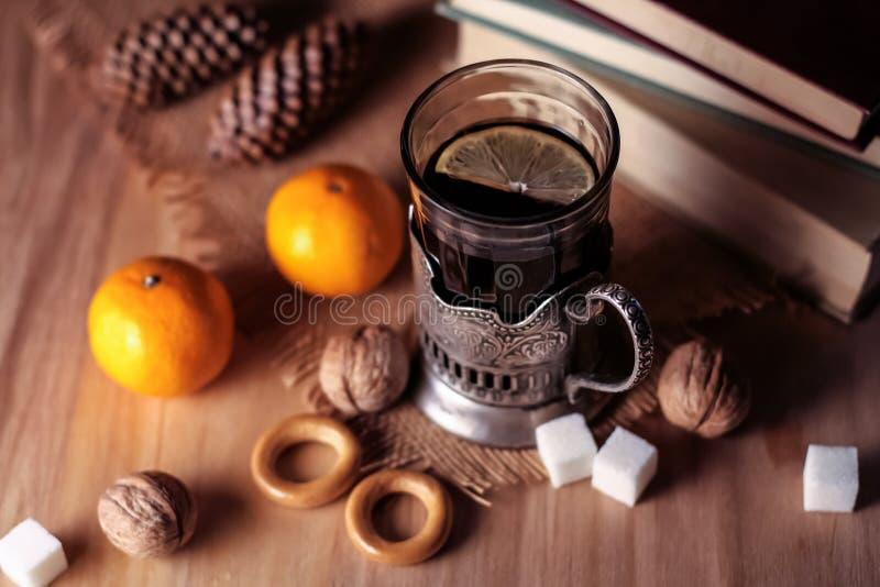Livros velhos e chá na noite Um vidro da bebida na tabela E fotos de stock royalty free