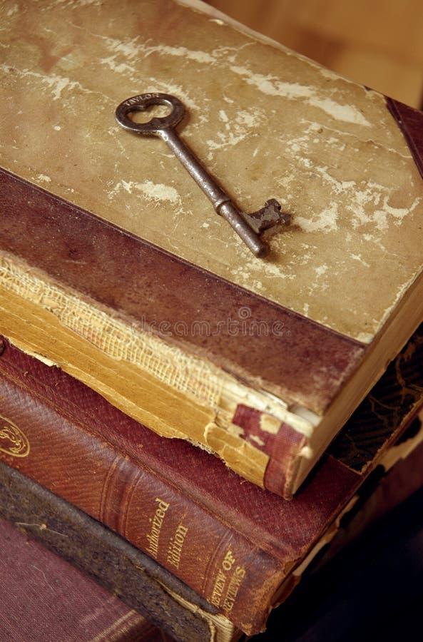 Livros velhos e chave imagem de stock royalty free