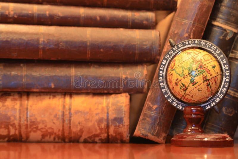 Livros velhos e globo imagens de stock royalty free