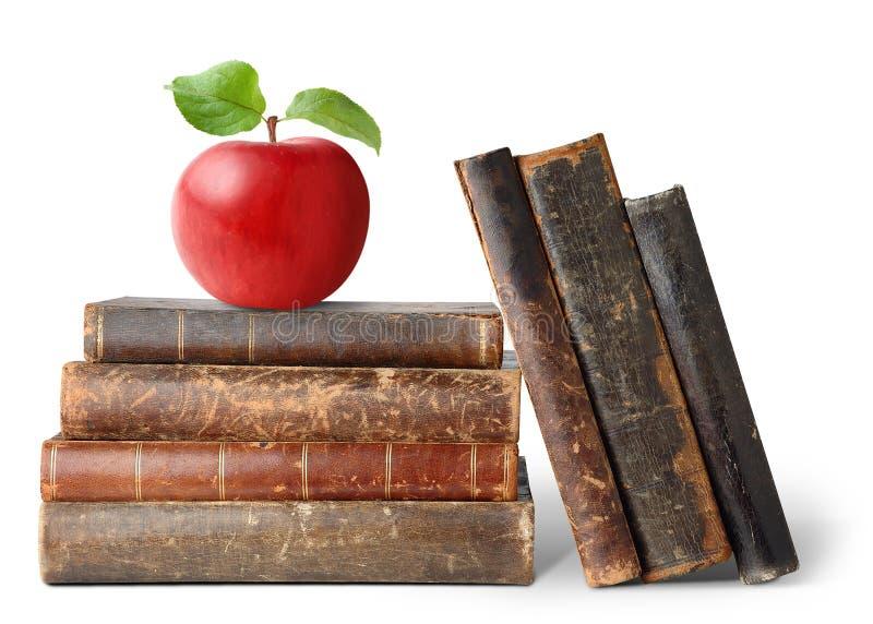 Livros velhos e maçã imagens de stock