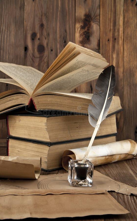 Livros velhos e mapas foto de stock royalty free
