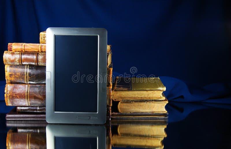 Livros velhos e PC da tabuleta foto de stock