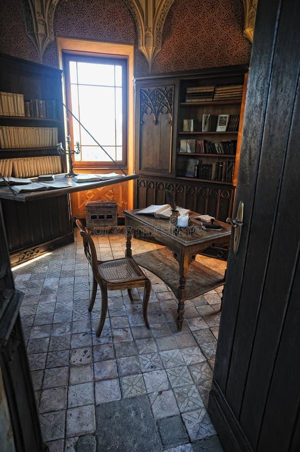 Livros velhos em prateleiras no castelo Reichenstein fotografia de stock royalty free
