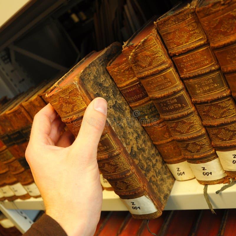 Livros velhos em uma biblioteca fotografia de stock royalty free