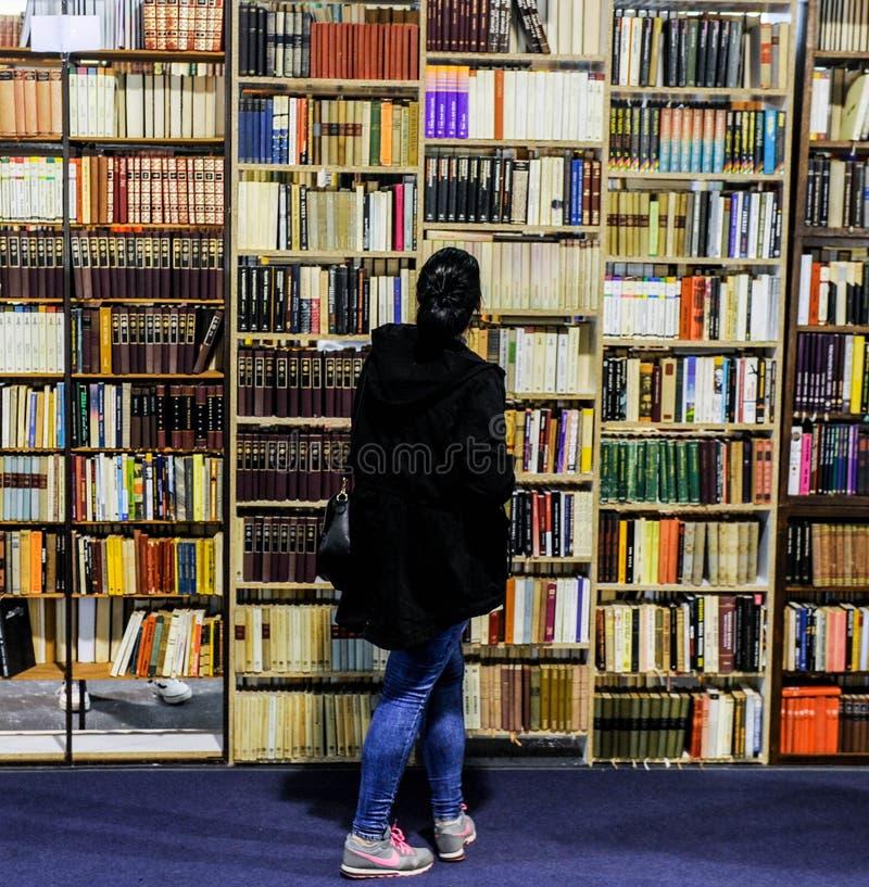Livros velhos em uma prateleira foto de stock royalty free