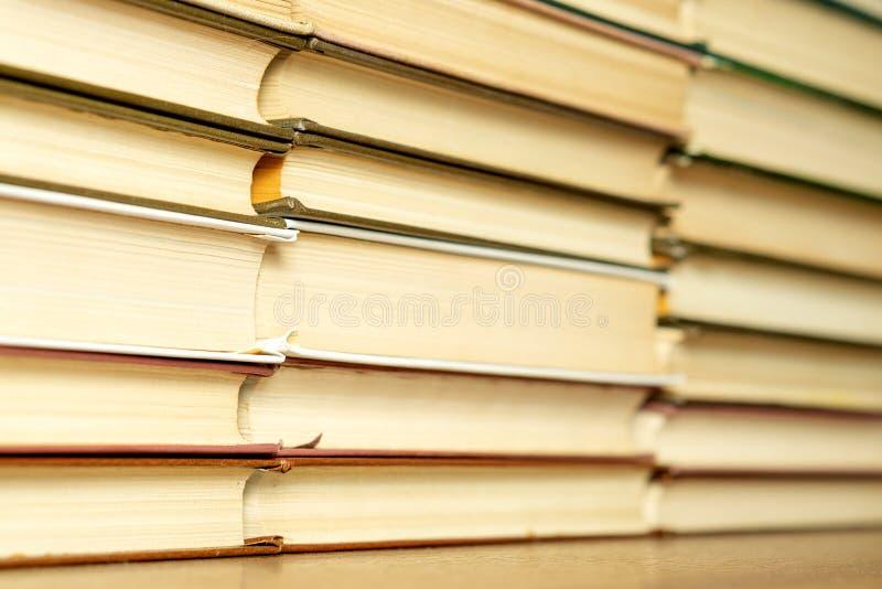 Livros velhos em uma tabela de madeira Copie o espa?o fotos de stock