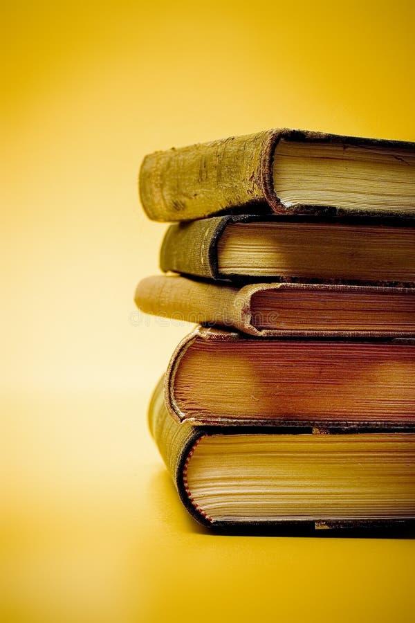 Livros velhos empilhados imagens de stock