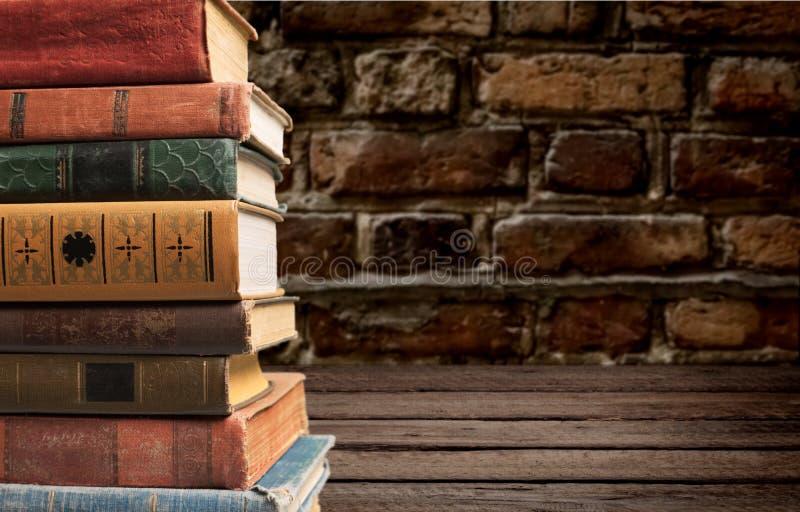 Livros velhos empilhados fotografia de stock royalty free
