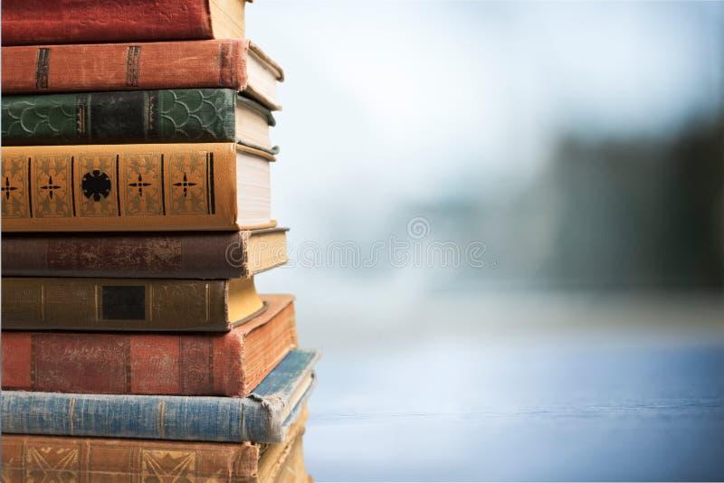 Livros velhos empilhados imagem de stock