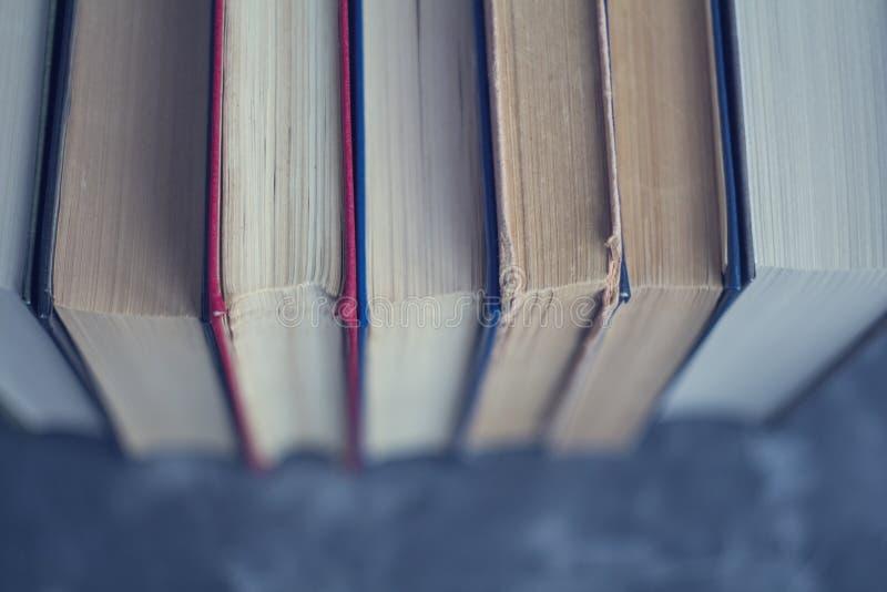 Livros velhos na opinião superior do fundo azul imagem de stock