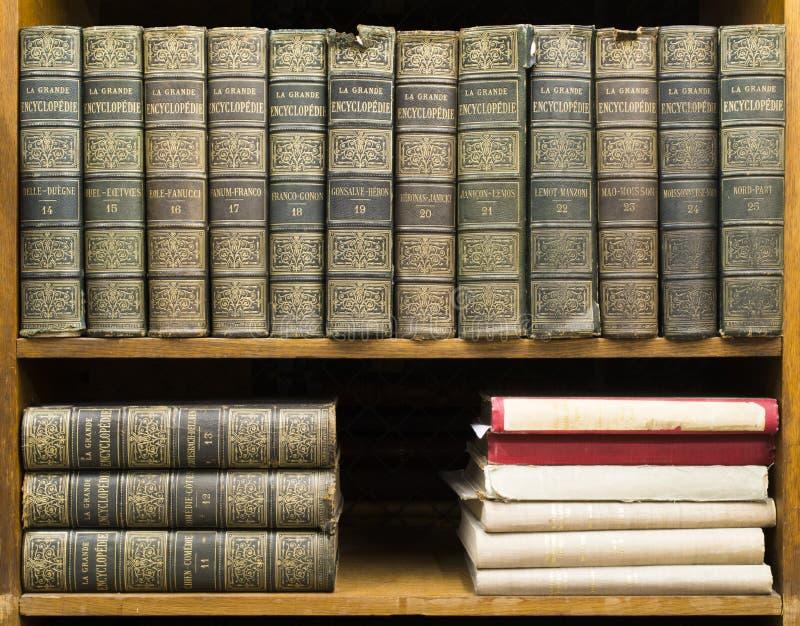 Livros velhos na prateleira fotos de stock royalty free
