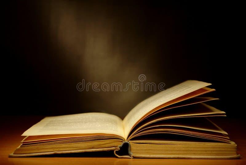 Livros velhos na tabela imagens de stock royalty free