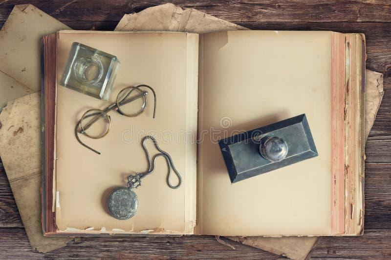 Livros velhos na tabela de madeira fotos de stock