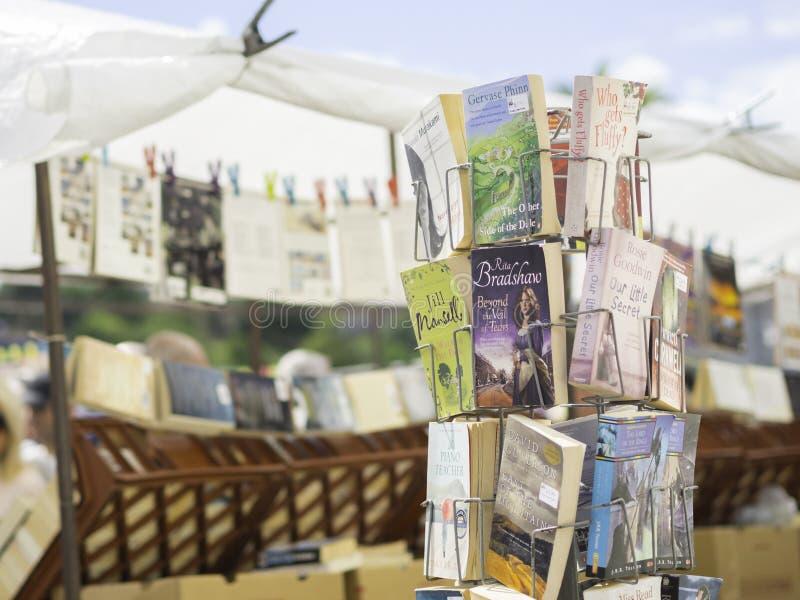 Livros velhos na tenda do mercado imagem de stock