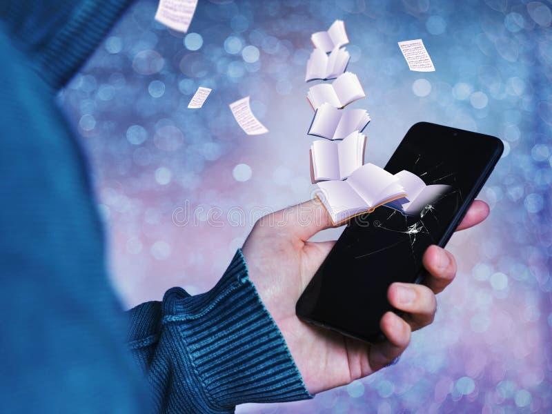 Livros vindos de um telefone celular fotos de stock royalty free