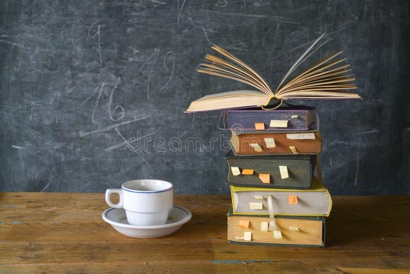 Livros, xícara de café imagens de stock royalty free