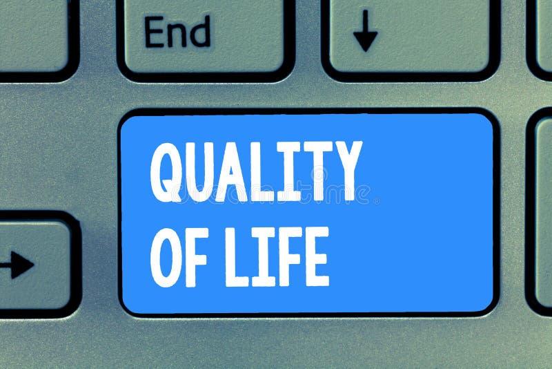 Livskvalitet för ordhandstiltext Affärsidé för att vara i det anständiga jobbet för goda hälsor som tycker om varje ögonblick royaltyfria bilder