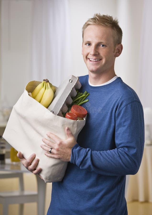 livsmedel som rymmer mannen royaltyfria foton