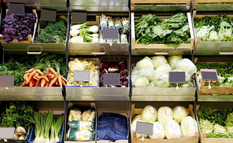 Livsmedelhyllor på supermarketen arkivbilder