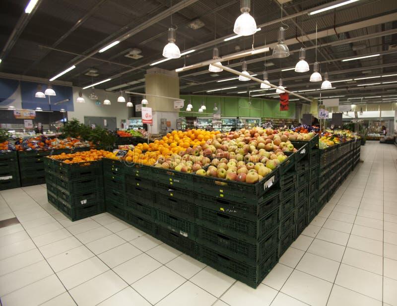 Livsmedelsbutik Äpplen i förgrunden royaltyfri foto