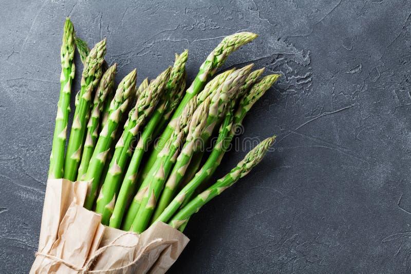 Livsmedelsbutikpåse med gruppen av ny grön sparris på bästa sikt för stentabell Sunt och banta mat royaltyfria foton