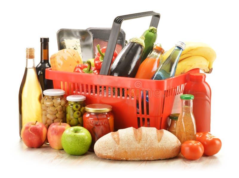 Livsmedelsbutikprodukter i shoppingkorg fotografering för bildbyråer