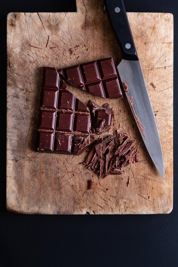 Livsmedelskoncept Förberedelse för smältning av organisk choklad för framställning av chokladtryffel, brun eller kaka fotografering för bildbyråer