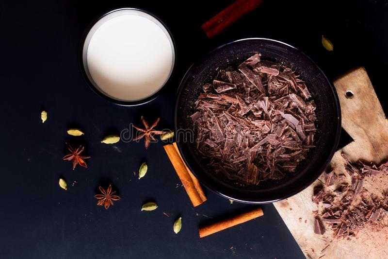 Livsmedelskoncept Förberedelse för smältning av organisk choklad för framställning av chokladtryffel, brun eller kaka royaltyfri bild