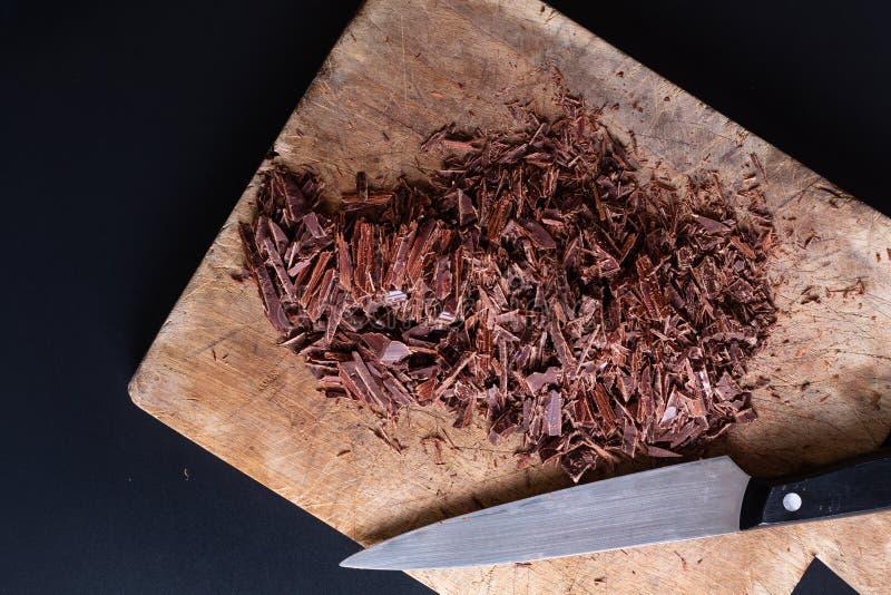 Livsmedelskoncept Förberedelse för smältning av organisk choklad för framställning av chokladtryffel, brun eller kaka arkivbilder