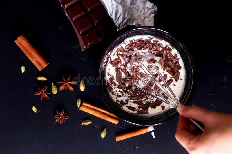 Livsmedelskoncept Förberedelse för smältning av organisk choklad för framställning av chokladtryffel, brun eller kaka arkivfoton