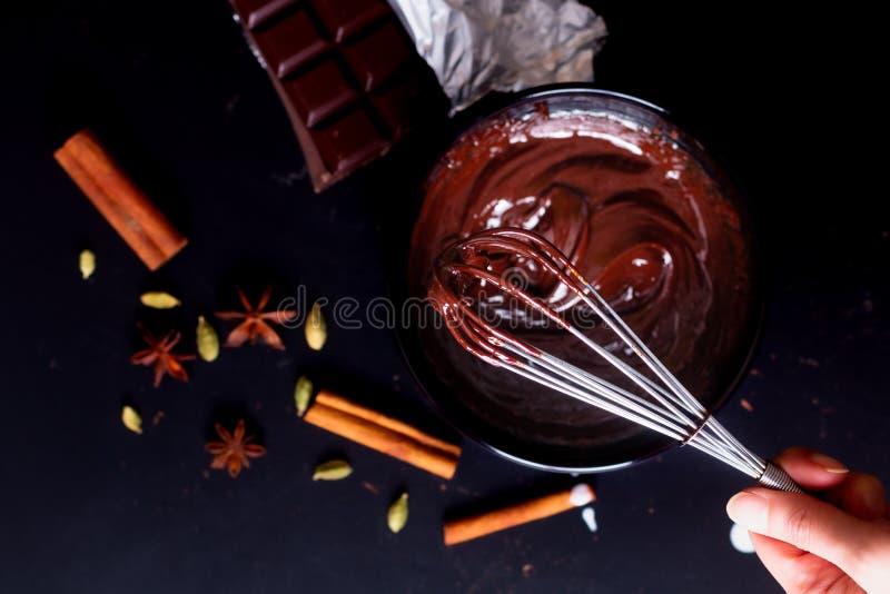 Livsmedelskoncept Förberedelse för smältning av organisk choklad för framställning av chokladtryffel, brun eller kaka royaltyfri fotografi