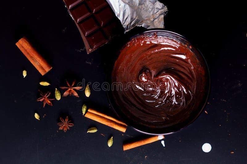 Livsmedelskoncept Förberedelse för smältning av organisk choklad för framställning av chokladtryffel, brun eller kaka arkivfoto