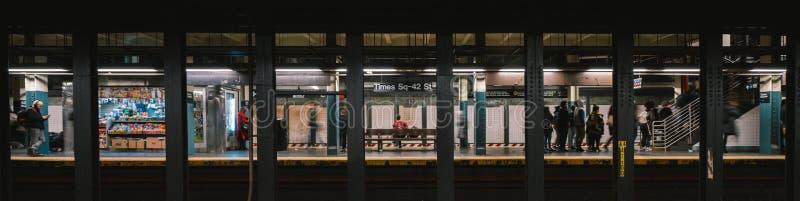 Livsstil av den amerikanska f?r g?ngtunneldrev f?r folk tidvis fyrkantiga plattformen f?r station New York City liv, underjordisk arkivfoton