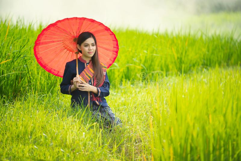 Livsstil av lantliga asiatiska kvinnor i fältet på bygd royaltyfri fotografi