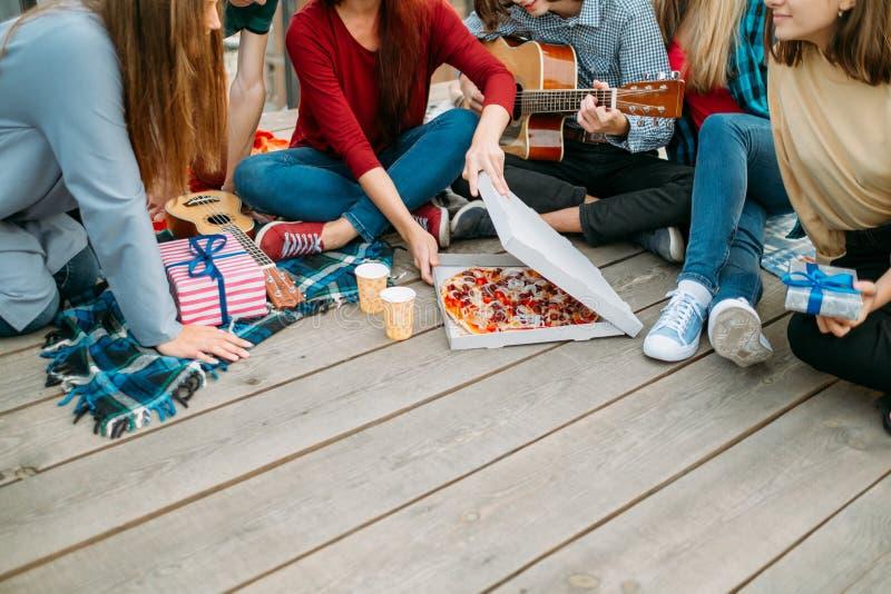 Livsstil för äta för parti för pizzamatleverans tonårs- arkivbild