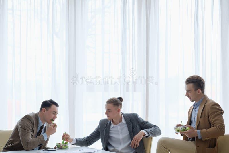 Livsstil för män för affär för kontor för lunchavbrott sund royaltyfri bild
