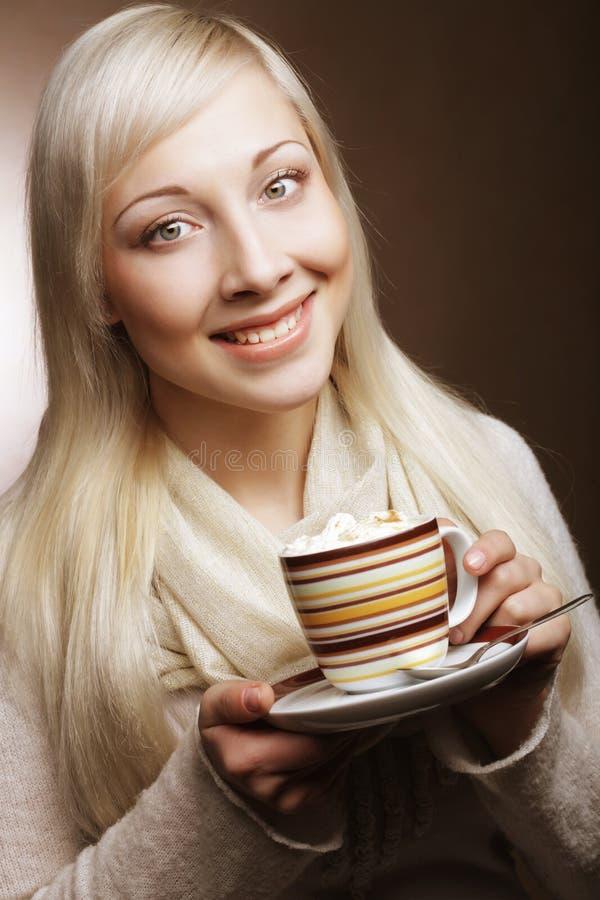Livsstil-, mat- och folkbegrepp: ung nätt kvinna som dricker kaffe royaltyfri fotografi