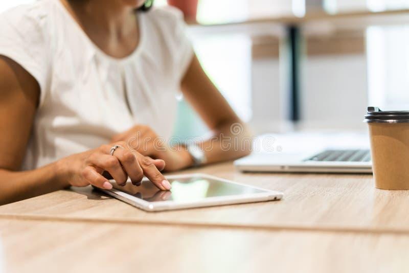 Livsstil med den moderna kvinnan som använder minnestavlan eller Ipad med den hållande pekskärmen för hand Händer av den funktion royaltyfri fotografi
