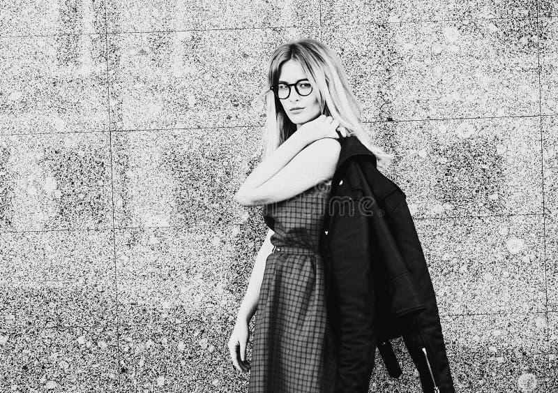Livsstil, mode och folkbegrepp: blond flicka som poserar över w arkivfoton