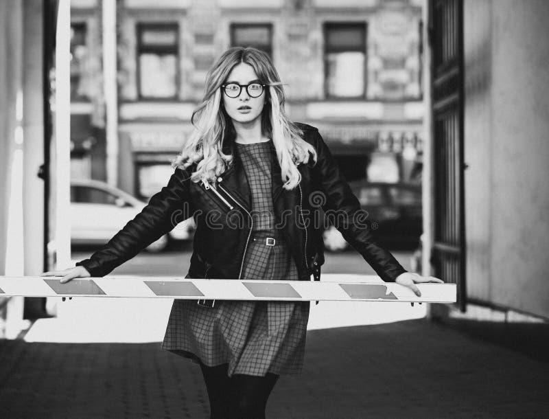 Livsstil, mode och folkbegrepp: blond flicka, svart och wh arkivbilder