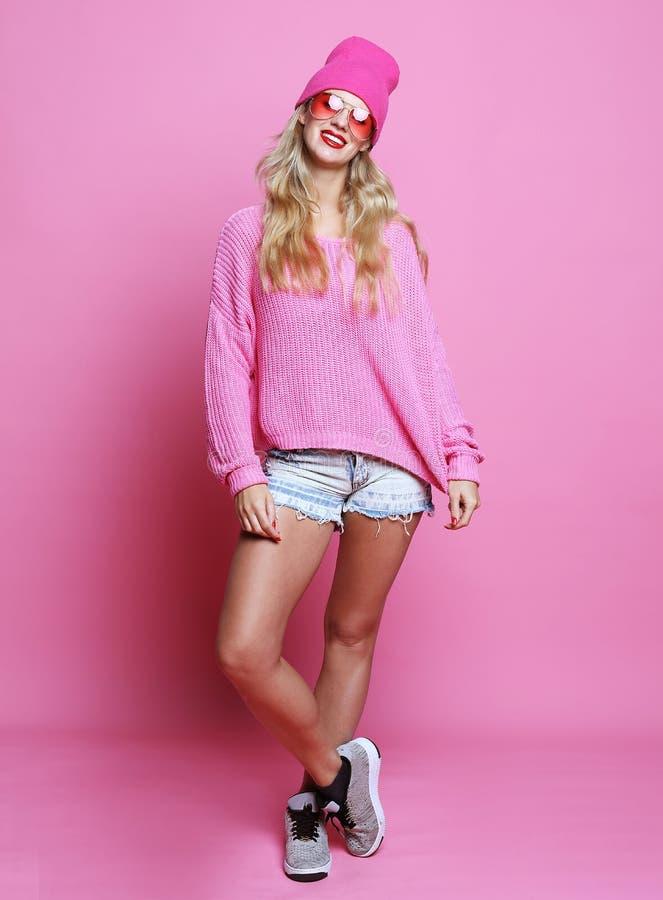 Livsstil, mode och folkbegrepp: Full kroppstående av modemodellen över rosa bakgrund arkivfoton