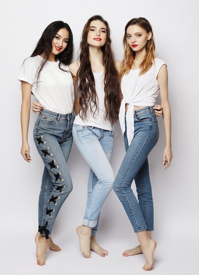 Livsstil, mode och folkbegrepp - grupp av tre flickavänner arkivfoton