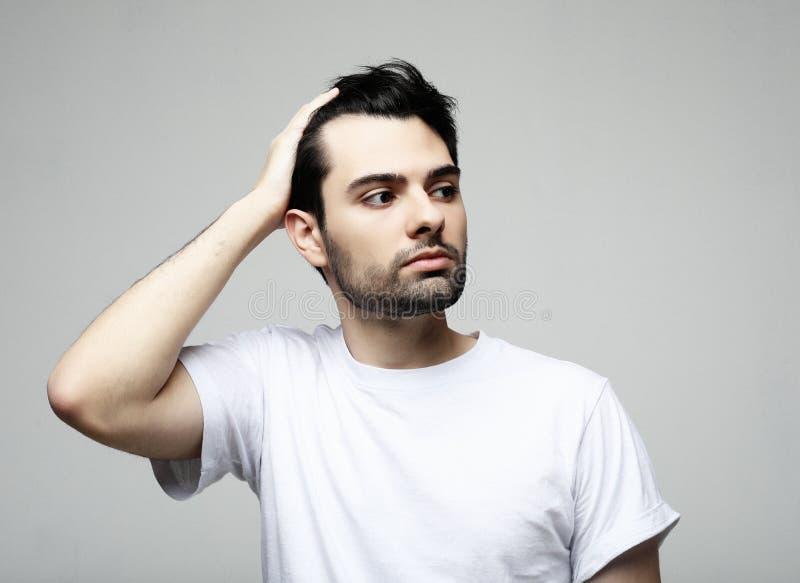 Livsstil, mode och folkbegrepp: stilig man, modemodell som poserar ?ver vit bakgrund fotografering för bildbyråer
